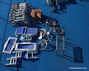 Stühle, Fahrräder und Tisch auf einem Schiff