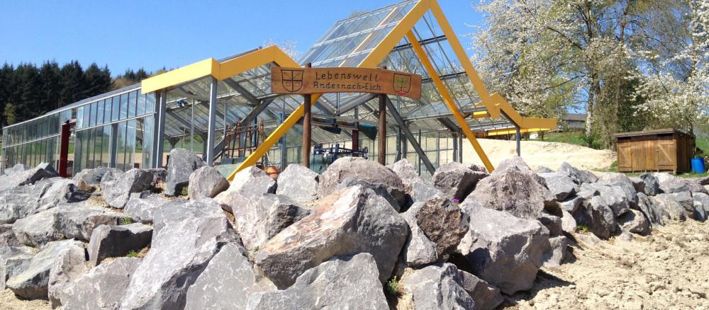 Steinmauer und Gewächshaus in der Permakulturanlage Andernach-Eich