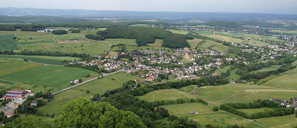 Blick vom Turm der Burg Olbrück Richtung Nord-Osten (v. L. n. R) Rodder Maar, Niederdürenbach, Autobahnbrücke A61