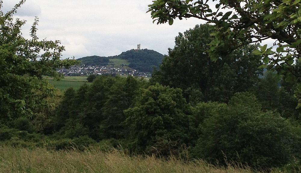 Die Burg Olbrück und der Ortsteil Niederdürenbach-Hain von Osten aus gesehen