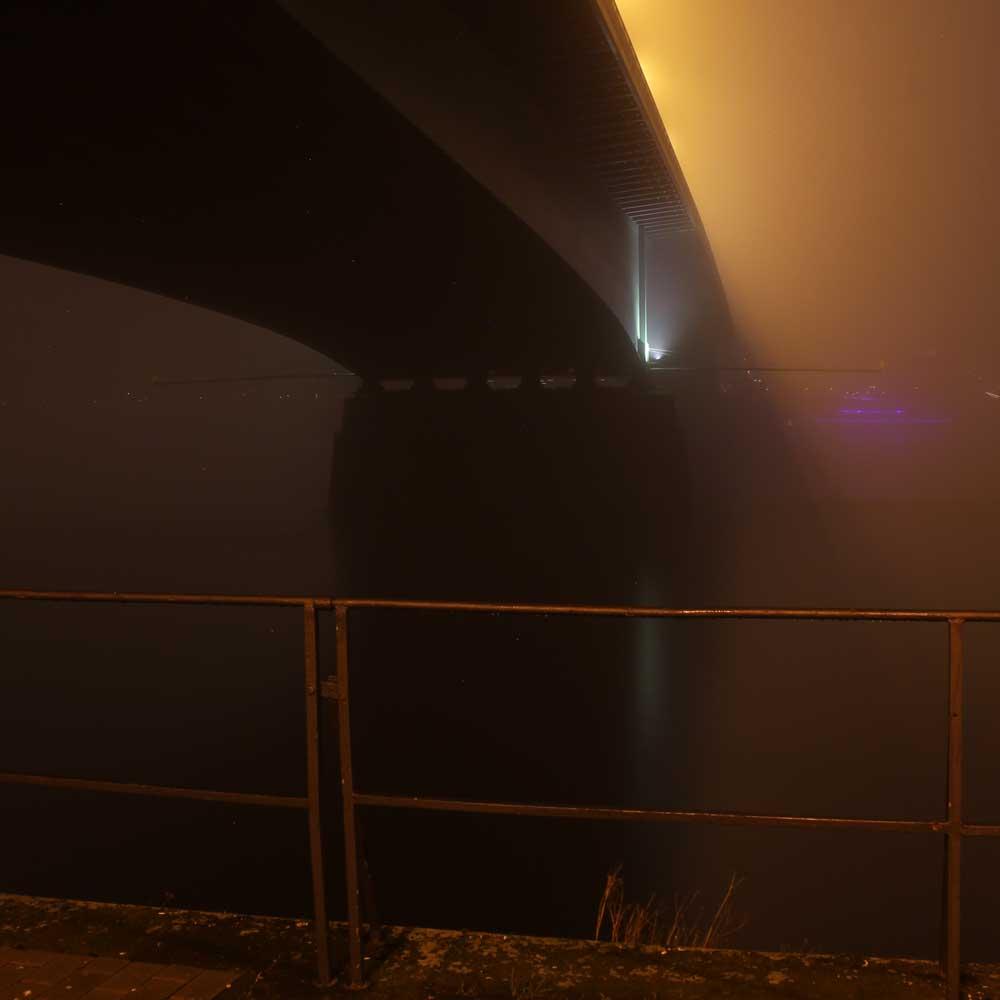 Die Kennedybrücke in Bonn von unten und der Rhein im Nebel (Foto: Carmen Menn, Bonn)